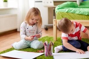 Niña y niño dibujando
